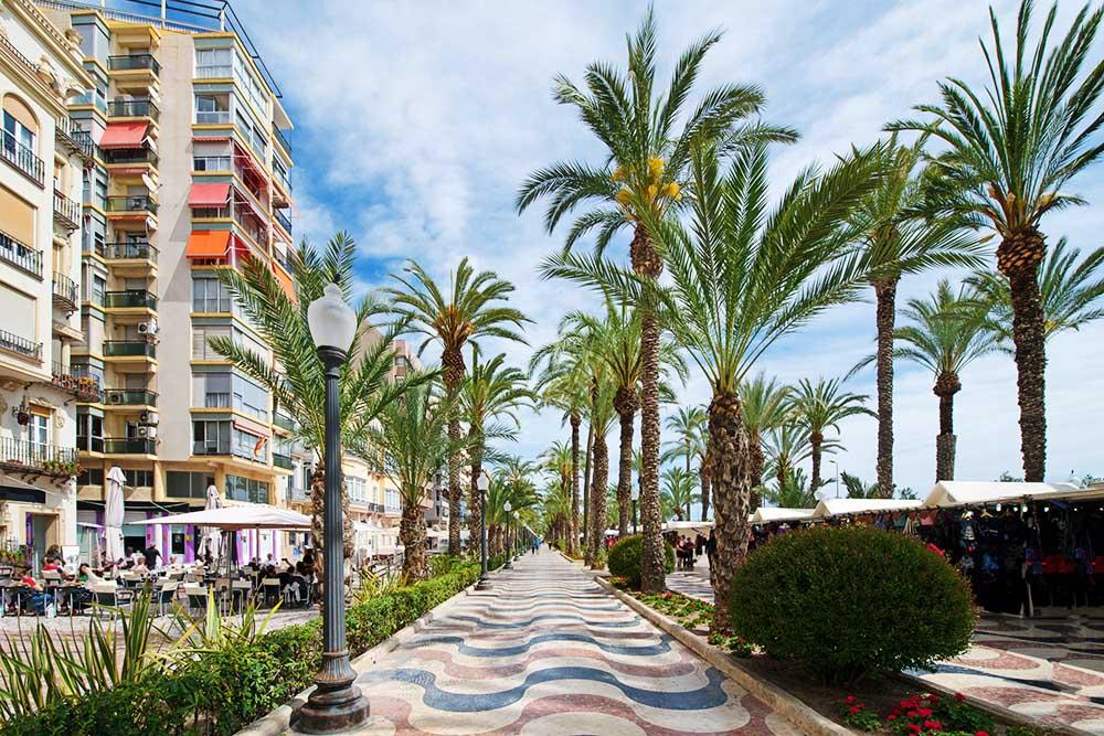 gå langs promenaden La Explanada de Espana i Alicante