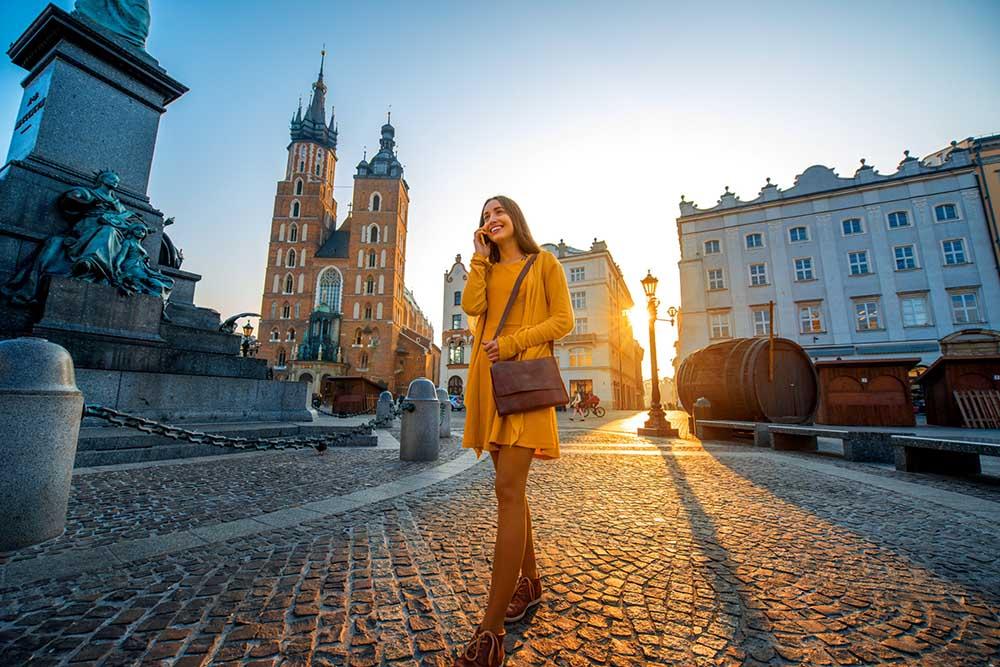 bilde av turist på gamle bytorget i krakow