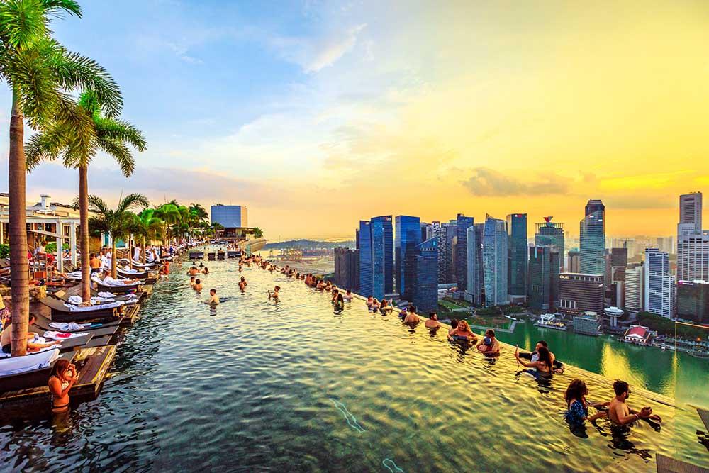 utsikt over singapore fra infinity pool på marina bay sands hotellet