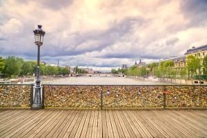 hengelåser på pontes des artes broen i paris